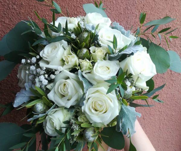 Bukiet ślubny białe róże z dodatkami